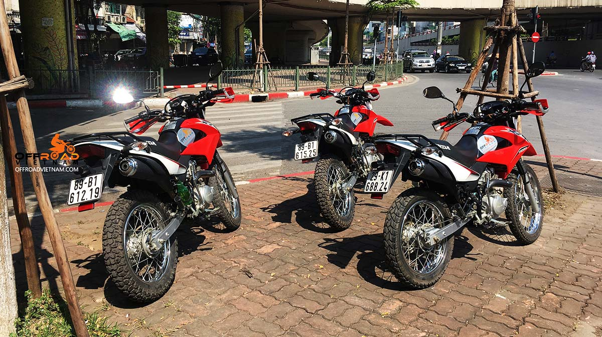 Vietnam Motorbike Hanoi Rental - Dirt bike For Experienced Riders. Vietnam Motorbike Hanoi Rental provides moped scooter tours and rentals in Hanoi. This is a brown and red 2016/2017 Honda XR150 150cc with front disc and back drum brakes.